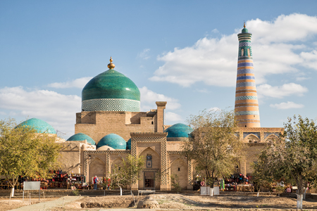 Khiva, view of the Pakhlavan Mahmud architectural complex and the minaret of Islam-Khodja. Uzbekistan Imagens