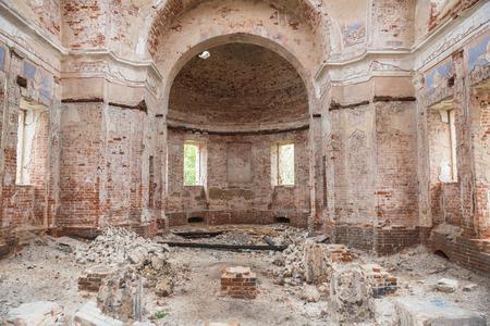 Ruines de l'ancienne église abandonnée. Les locaux de l'église recouverts de briques cassées et de débris.. Église de la Nativité du Christ dans le village de Rozhdestvo, région de Tver, Russie