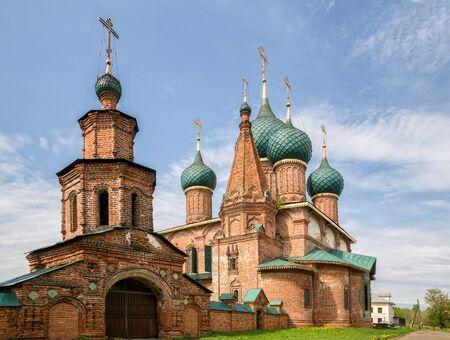 Temple ensemble in Korovniki, Yaroslavl, Russia. Church of St. John Chrysostom and the Holy Gates 写真素材 - 134720571