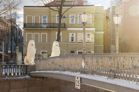 Sculptures of lions on the Lion Bridge over Griboedov Canal, an ancient pedestrian suspension bridge built in 1826. Saint-Petersburg, Russia 報道画像