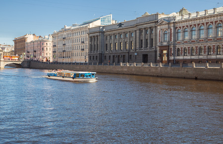 ST. PETERSBURG, RUSSIA - APRIL 18, 2019: Pleasure boat with tourists on the Fontanka River on a sunny spring day. Cruise on the rivers and canals of St. Petersburg 報道画像