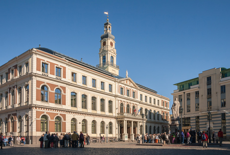 RIGA, LATVIA - SEPTEMBER 01, 2014: Excursion groups near the town hall in Riga. Many tourists visit the old city of Riga for sightseeing 報道画像