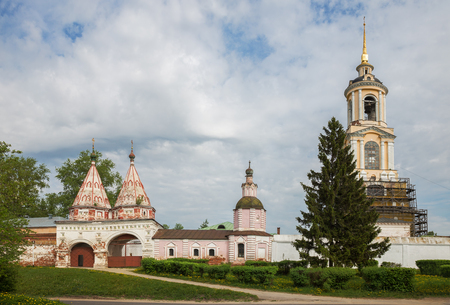 Two-domed Holy Gates and bell tower of St. Euphrosyne of Suzdal, Rizopolozhensky monastery in Suzdal. Rizopolozhensky Monastery is one of the oldest monasteries in city of Suzdal, Golden Ring of Russia 写真素材 - 136769656