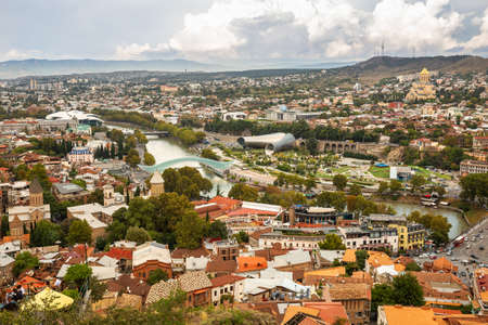 TBILISI, GEORGIA - SEPTEMBER 23, 2018: Aerial panoramic view of the old city, Rike Park, Peace Bridge and Trinity Cathedral 報道画像