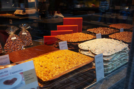 LUCERNE, SWITZERLAND - FEBRUARY 2010: Shop window with assortment of Swiss handmade chocolates in different flavors 新闻类图片