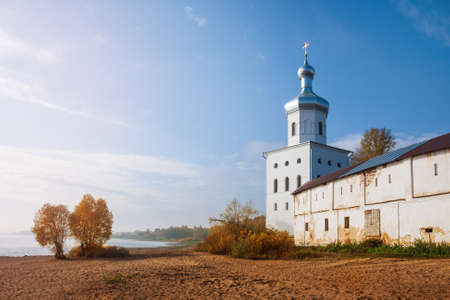 Autumn landscape. Deserted beach on the banks of the Volkhov River near the walls of the Yuryev (St. George) Monastery, Veliky Novgorod, Russia 免版税图像