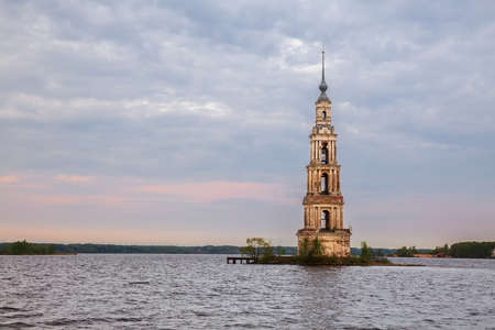 Bell tower of St. Nicholas Cathedral, destroyed during the construction of the Uglich reservoir. The belfry is flooded by the Volga River. Kalyazin, Tver region, Russia 免版税图像
