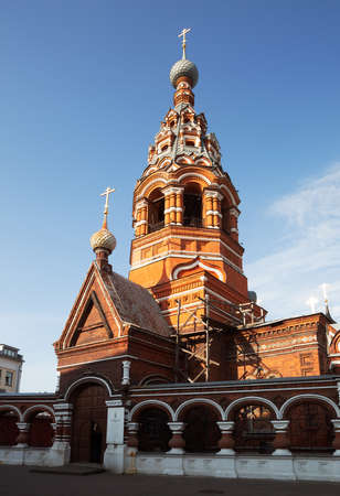 Sretenskaya (Candlemas) Church in Yaroslavl. Beautiful hipped-roof bell tower in the Russian style made of red brick. Golden Ring of Russia. 免版税图像