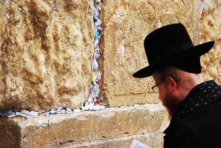 Młody Żyd religijny modli się przy Ścianie Płaczu w Jerozolimie