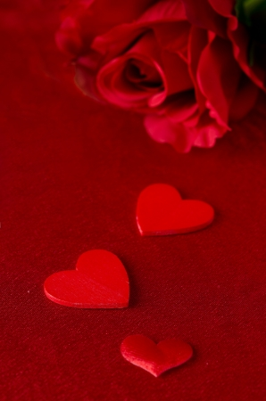 Different sized hearts and red roses for Valentine's Day Stock Photo - 17295446