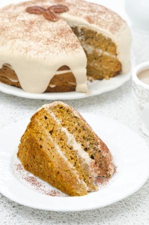 Stück Karotten und Kürbis-Kuchen mit Kaffee-Creme auf einem Teller vertikalen