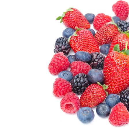Verschiedene Beeren auf einem weißen Hintergrund, Ansicht von oben Erdbeeren, Brombeeren, Himbeeren, Heidelbeeren