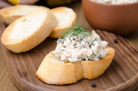 pate of smoked fish with sour cream and dill on toasted bread, close-up Foto de archivo