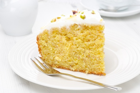 trozo de pastel: pedazo de pastel de naranja decorado con yogur griego, miel y pistachos