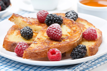French toast with fresh berries and powdered sugar, close-up, horizontal Stockfoto