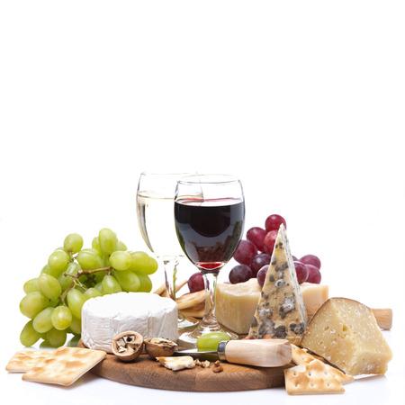 ワイン、ブドウ、チーズ、クラッカー、白で隔離される 2 つのメガネ
