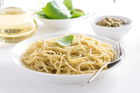 pinoli: Spaghetti di pasta con pesto, orizzontale, close-up