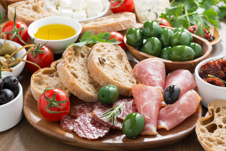 분류 된 이탈리아어 전채 - 델리 고기, 신선한 치즈, 올리브와 빵, 수평