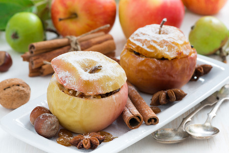 gebakken appels gevuld met gedroogde vruchten, noten en kwark, horizontaal Stockfoto