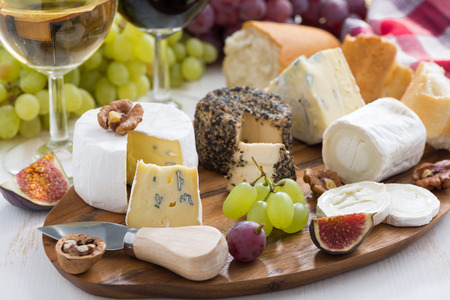 Käseplatte, Snacks und Wein, horizontal
