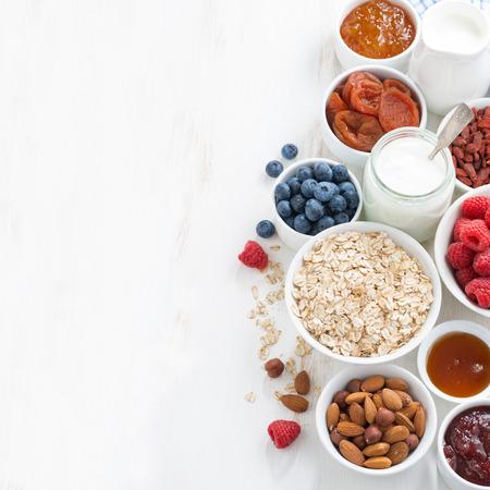 Müsli und verschiedene leckere Zutaten für das Frühstück und Platz für Text, Ansicht von oben, Nahaufnahme