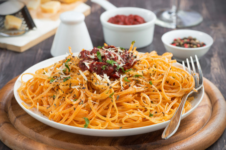plato de comida: Comida italiana - pasta con salsa de tomate y queso, primer plano
