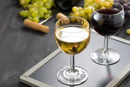 rosas rojas: fondo con vasos de vino tinto y blanco, horizontal Foto de archivo