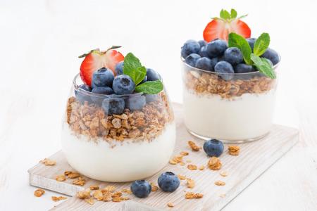 Diät Dessert mit Joghurt, Müsli und frischen Beeren, horizontal