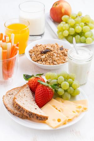 comiendo pan: Desayuno saludable y nutritiva con las frutas y verduras frescas, vertical, primer plano
