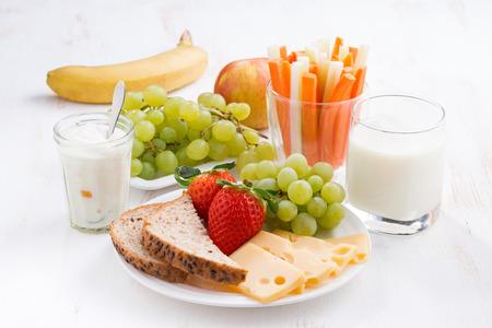 Desayuno saludable y nutritiva con las frutas y verduras Foto de archivo - 37830454