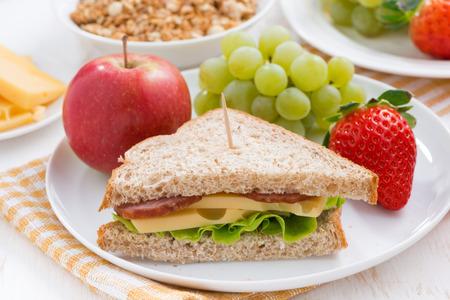comiendo pan: Desayuno escolar saludable con frutas y verduras frescas, close-up Foto de archivo