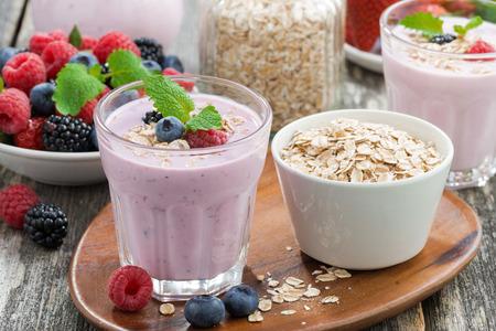 aliment: Smoothie aux petits fruits à base d'avoine dans un verre, horizontale