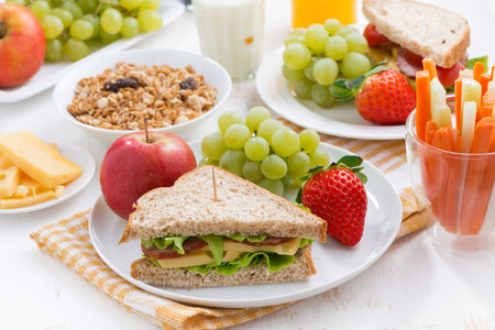 botanas: desayuno escolar saludable con frutas y verduras frescas, horizontal Foto de archivo