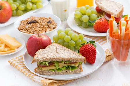 colazione: prima colazione sana scuola con frutta e verdura fresca, orizzontale Archivio Fotografico
