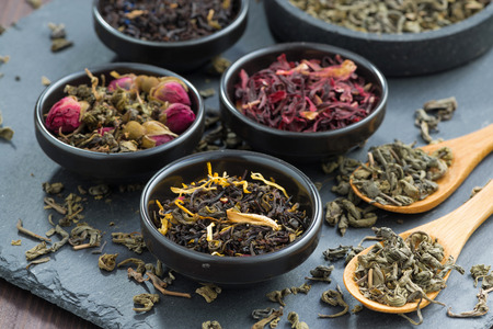assortiment van droge thee in keramische schalen, close-up Stockfoto
