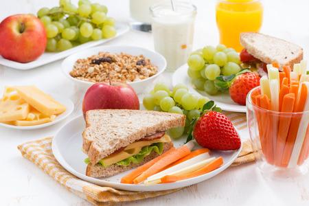 colazione: prima colazione scuola sana con frutta e verdura, primo piano Archivio Fotografico
