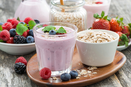 delicious berry smoothies with oatmeal, close-up Stockfoto