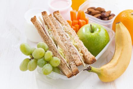 comiendo pan: almuerzo escolar con bocadillos y fruta, primer plano, horizontal Foto de archivo