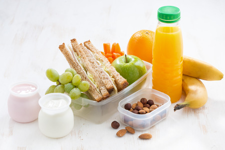 bocadillo: almuerzo escolar con bocadillos, fruta y yogur, horizontal