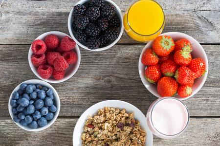 breakfast: desayuno saludable con frutas sobre fondo de madera, horizontal Foto de archivo