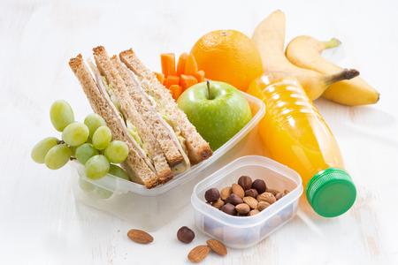 Schule Mittagessen mit Sandwich auf weißen Tisch, close-up