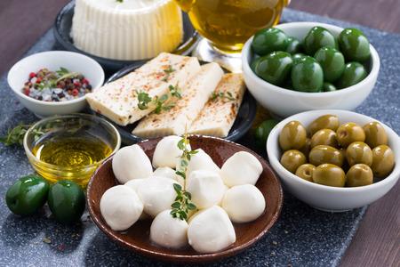 pickles: quesos - mozzarella, queso feta y encurtidos, horizontales Foto de archivo