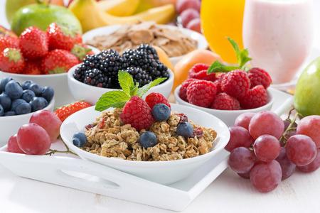 cereales: El desayuno es delicioso y saludable con frutas, bayas y cereales, horizontal Foto de archivo