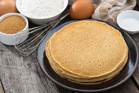 crepes: crepes y los ingredientes, primer plano, horizontal