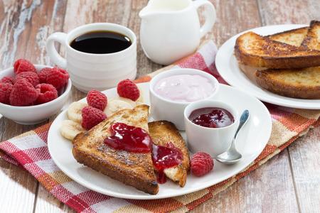mermelada: tostadas con dulce de frambuesa, mermelada y yogur para el desayuno, horizontal