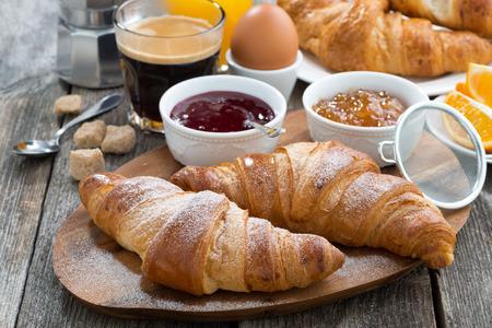mermelada: delicioso desayuno con cruasanes recién hechos, close-up Foto de archivo