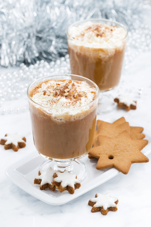 galletas de navidad: festivo café con leche de calabaza y galletas de almendras, vista desde arriba, vertical