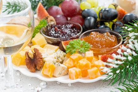 delicadeza: queso delicadeza y la placa de la fruta, primer plano, horizontal