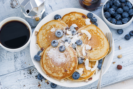 desayuno: panqueques con arándanos frescos y miel para el desayuno, vista superior, horizontal