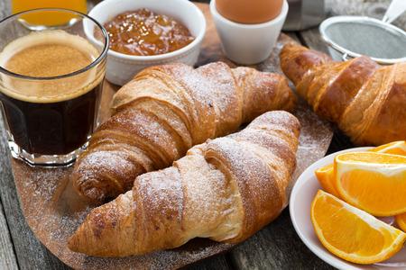 colazione: prima colazione con croissant freschi su tavola di legno, close-up